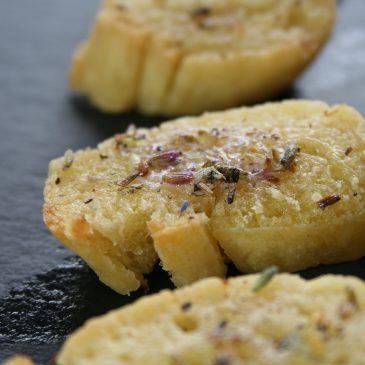 Baguette mit Lavendelbutter