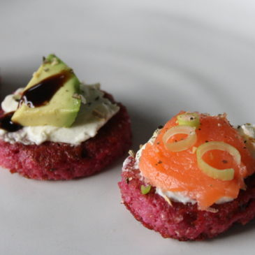 Rote Bete Blinis mit Crème Fraîche, Lachs und Avocado